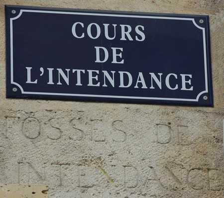Noms de rues grav s dans la pierre i comme for Appartement bordeaux cours de l intendance